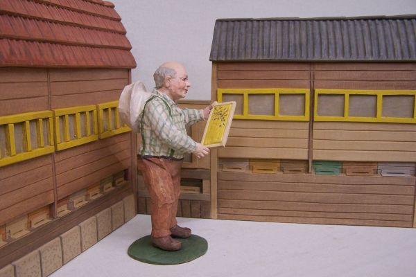 Imker mit Bienenhaus
