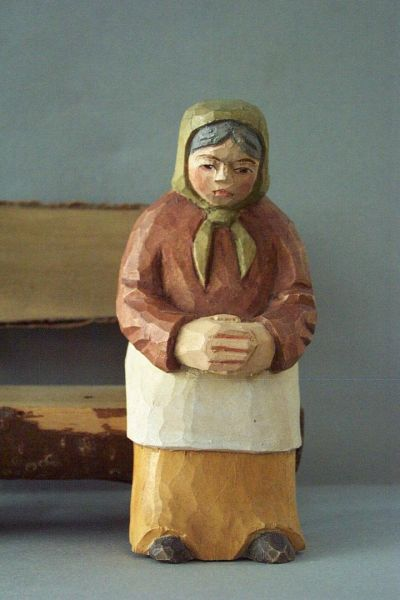 Frau sitzend, Kinderkrippe Linde lasiert