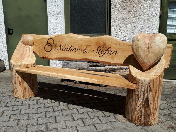 Hochzeitsbank aus Holzstämmen