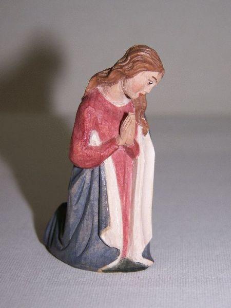 Maria kniend Weymouthskiefer lasiert