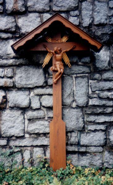 Großes Grabkreuz mit Strahlen